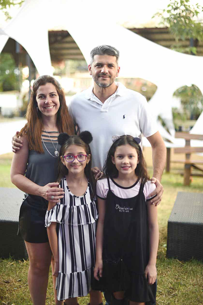 O empresário Douglas Lopes, a esposa, Fabiane, com a filha, Laura, mais  Isadora Garcia c9eb89f35a