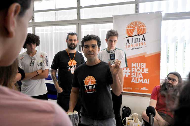 Com a ajuda de instrutores da Vila Cultural AlmA Brasil, os estudantes vão produzir um programa radiofônico que irá ao ar no segundo semestre