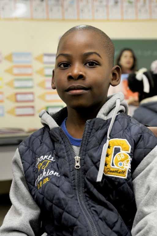 Fredye Chrisostome, 6 anos, diz que o português não é uma língua fácil: 'Mas eu já sei a letra G, a letra do cachorro e da tartaruga também'