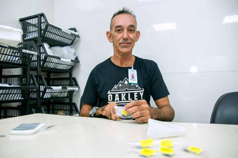 Marcos Zanutto - O problema em um dos braços não impediu Jeferson Roberto da Silva, 53, de ocupar a vaga de almoxarife em um hospital de <a href='/tags/londrina/' target='_blank'>Londrina</a>