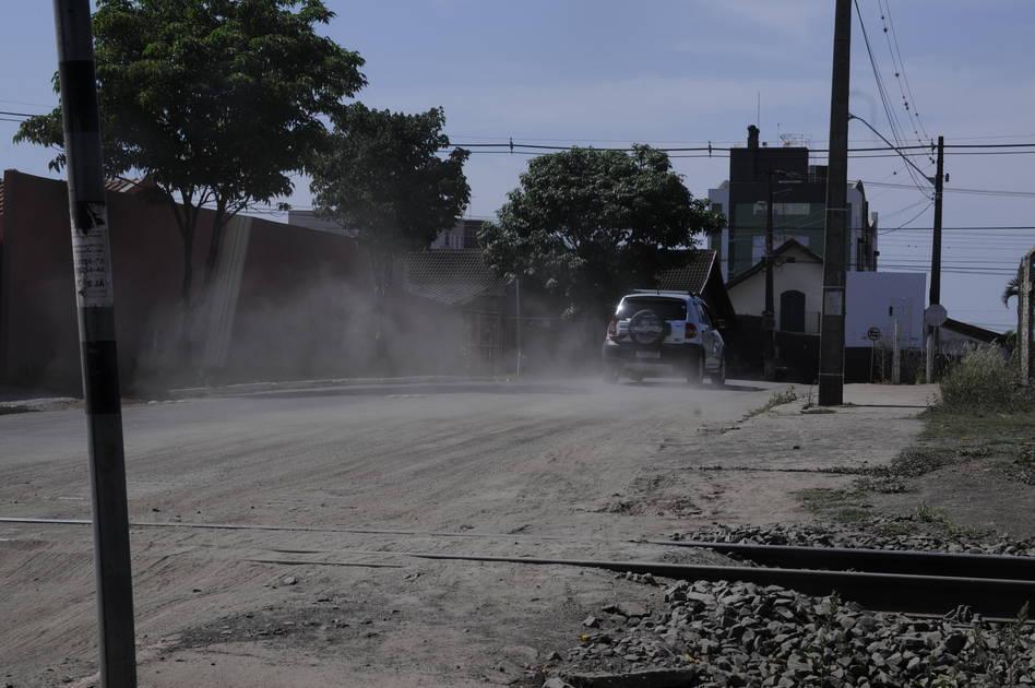 Poeira causa transtorno na Vila Mesquita, em Cambé Micaela Orikasa - Folha de Londrina