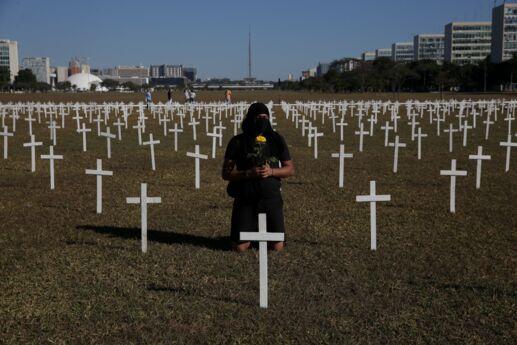 Ato em frente ao Congresso Nacional, com cruzes fincadas no gramado da Esplanada dos Ministérios. Manifestantes acusam o governo pelas mortes relacionadas ao Covid-19