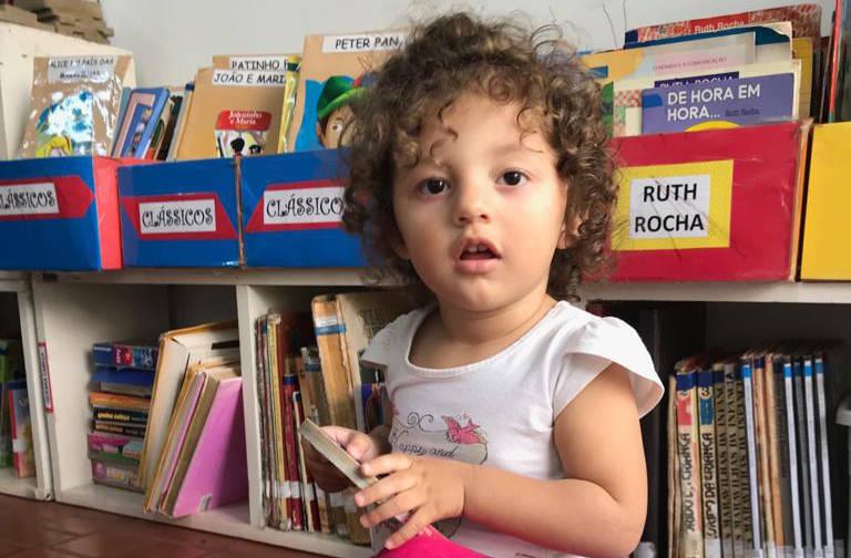 Alice Azevedo, um ano e meio, já gosta de ler e sua referência é o irmão, Guilherme, de 8 anos