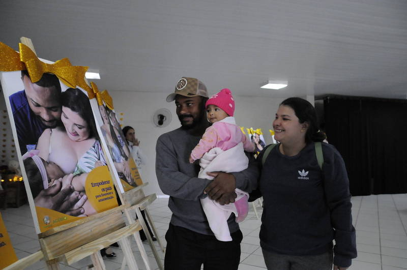 """""""O apoio do meu marido foi muito importante"""", conta Jheniffer Caroline da Silva, uma das mães que figuram na exposição, com José Ivan dos Santos e a pequena Isabela Eloá"""