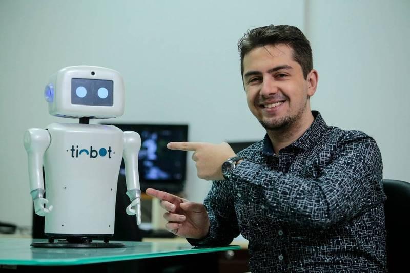 Robô maringaense Tinbot já apareceu na TV e conquistou simpatia do CEO da Polishop
