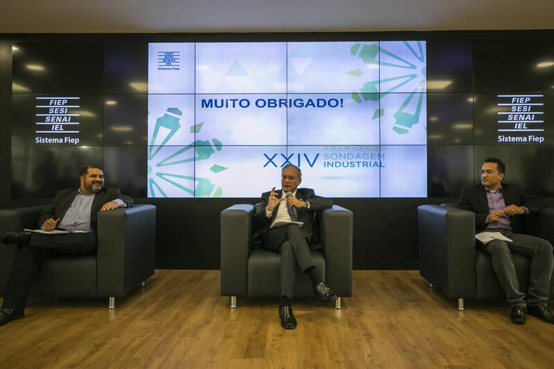 O presidente da Fiep, Carlos Valter, entre os economistas Marcelo Alves (esquerda) e Evânio Felippe (direita), divulgou o resultado da 24ª edição da Sondagem Industrial