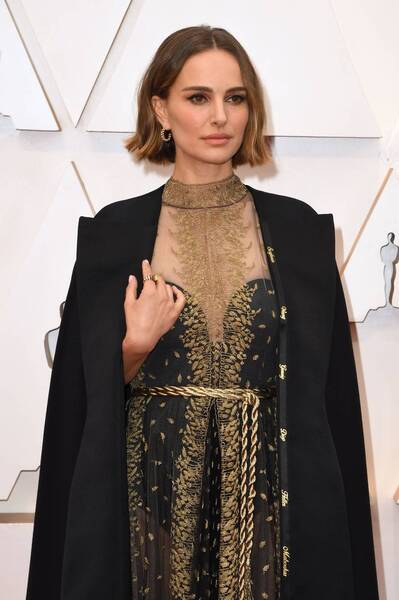 Natalie Portman: the actress has expressed her protest against the misogyny and wearing a black cloak, with the names of the directors overlooked by the Academy