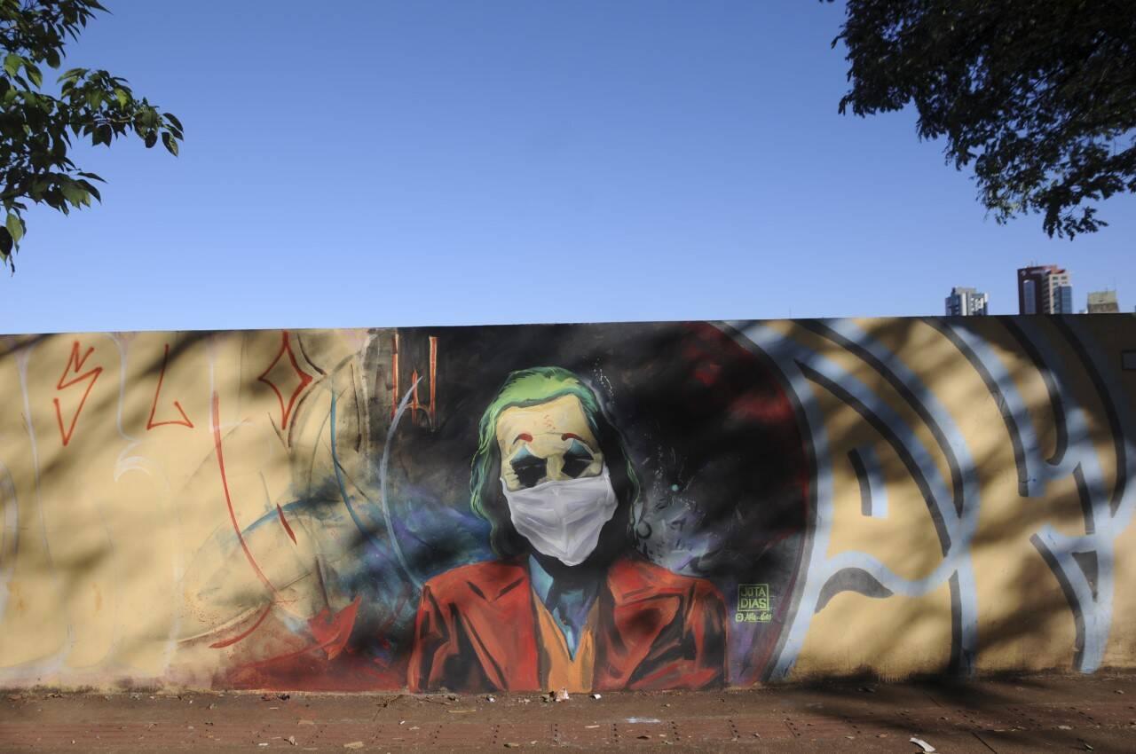 O Coringa grafitado por Jota Dias na Av.JK: personagem 'fora da lei' ficou obediente na pandemia